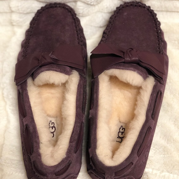 e1c97834d8d NWOT UGG Dakota Leather Bow Slippers